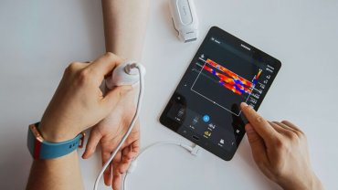 Dr Meskó is testing the Philips Lumify portable ultrasound.